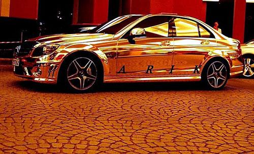 看,这一次迪拜的富翁几乎让c63 amg变成了一座黄金雕像.