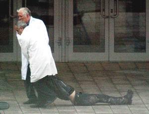 肥胖女尸体_医务人员拖走试图逃走而被恐怖分子打死的女人质尸体
