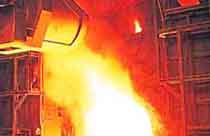 【背景】11月71钢厂亏损127.7亿。亏损企业达48家,比10月多6家,亏损面扩至67.7%,48家企业亏损超140亿。32家中报资产负债率达61.37%,而三季报升至62.08%。<br>现状:全行业产能过剩<br> 08年钢铁产量约5.02亿吨。09年考虑到出口大幅回落,将减少2100万吨出口。因此,能维持08年产量已属不易,这意味着1.6亿吨产能过剩摆在全行业面前。