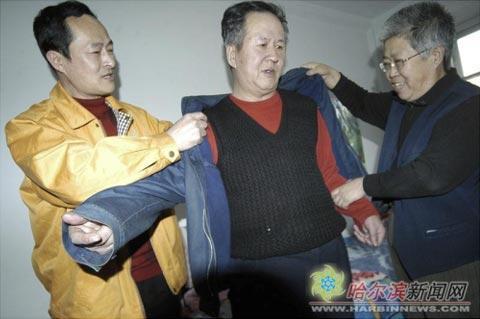 王玉林(左)在照顾刘清泉老人张大巍
