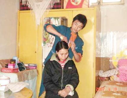 张晓在给母亲梳头