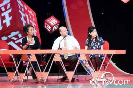 李勤勤(左1)与大龙、高菲