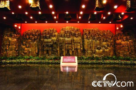"""浮雕――""""血肉长城""""(又名""""铜墙铁壁""""),象征中华民族团结抗战,用血肉筑起钢铁长城。"""