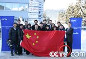 央视报道团队举起五星红旗