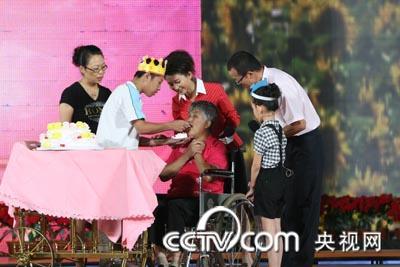 模范青年照顾病重的奶奶晚会现场为奶奶献上生日蛋糕