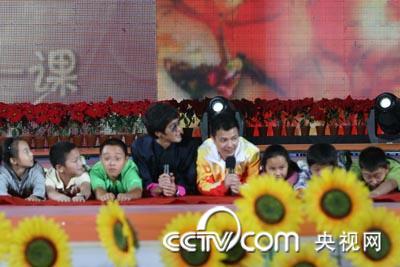 张湘祥、陈国坤和小朋友们做协作游戏
